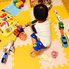 車を並べる1歳半児