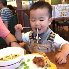 フォーク食べ奮闘中の1歳6ヶ月児