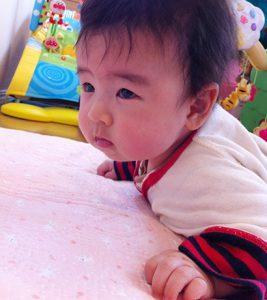 生後4ヶ月、首すわりから寝返り挑戦中