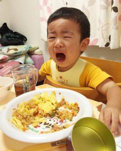 オムライスにお野菜が入っていることに気付き激怒する2歳児