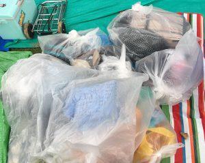 夏フェスで雨が降ったら荷物をごみ袋に入れるの図