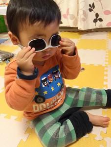 メガネに興味津々の1歳児